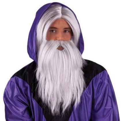 Mann mit silbergrauer Perücke und Bart als Zauberer oder Magier verkleidet