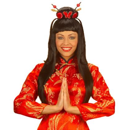 Lächelnde Frau als Chinesin verkleidet mit traditioneller Frisur als Perücke