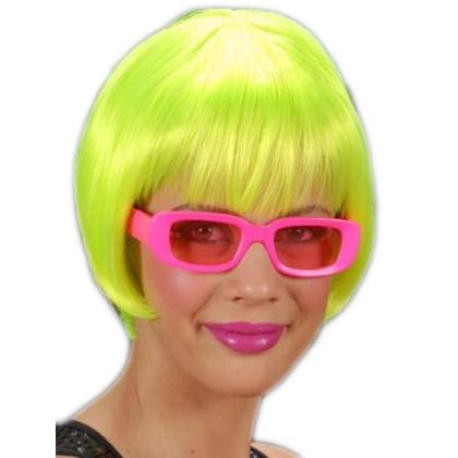 Mädchen mit Brille und neon grüner Perücke
