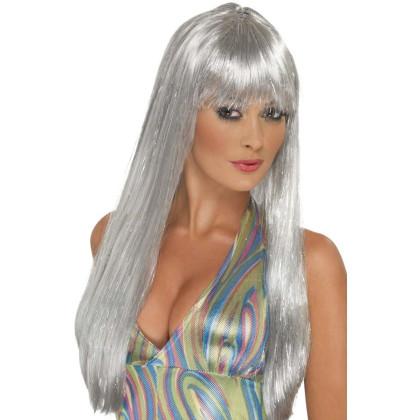 Frau im Disco Look mit silberner Langhaar Perücke