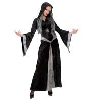 Frau als gothische Hexe in schwarz silber verkleidet