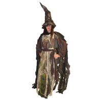 Frau im Lumpenkostüm als Hexe mit Besen
