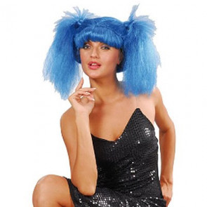 Junge Frau mit blauen Zöpfen