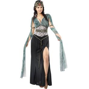 Frau im Medusa Kostüm mit Kopfschmuck im Sinne der griechischen Mythologie