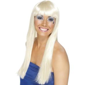 Frau mit platin blonder Perücke mit Ähnlichkeit der Abba Sängerin