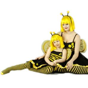 Frau und Kind beide im Bienchen Kostüm verkleidet