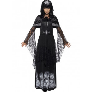 Frau im Trägerkleid Gothic Stil