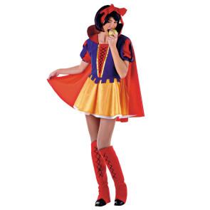 Foto von Frau im Kostüm Schneewittchen mit rotem Cape verkleidet