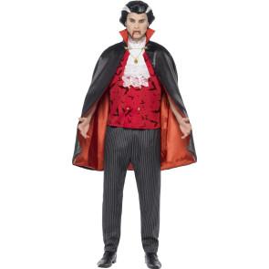 Mann als Graf Dracula Vampir verkleidet in blutrot front