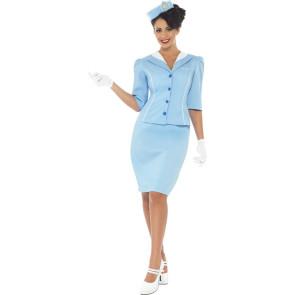 Dunkelhaarige Frau als Flugbegleiterin im Kostüm
