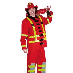Mann verkleidet im Kostüm Feuerwehrmann rot