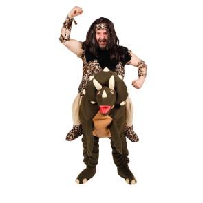 Mann verkleidet als Steinzeitmensch der auf einen Saurier reitet