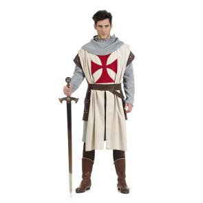Mann als Kreuzritter verkleidet im Mittelalterkostüm
