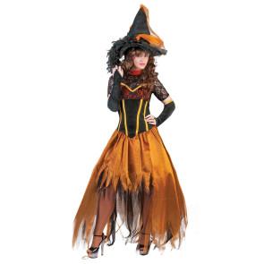 Lächelnde Frau in einem schönen Kostüm als Waldhexe