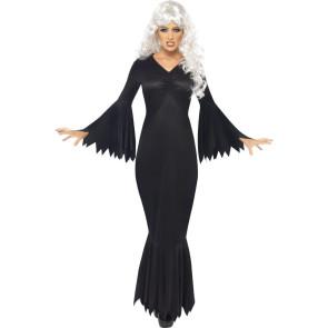 Frau im schwarzen Vampir Halloween Kleid mit weißhaariger Perücke