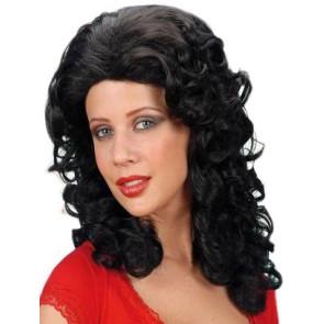 Frau mit rassiger Perücke als Südländerin verkleidet