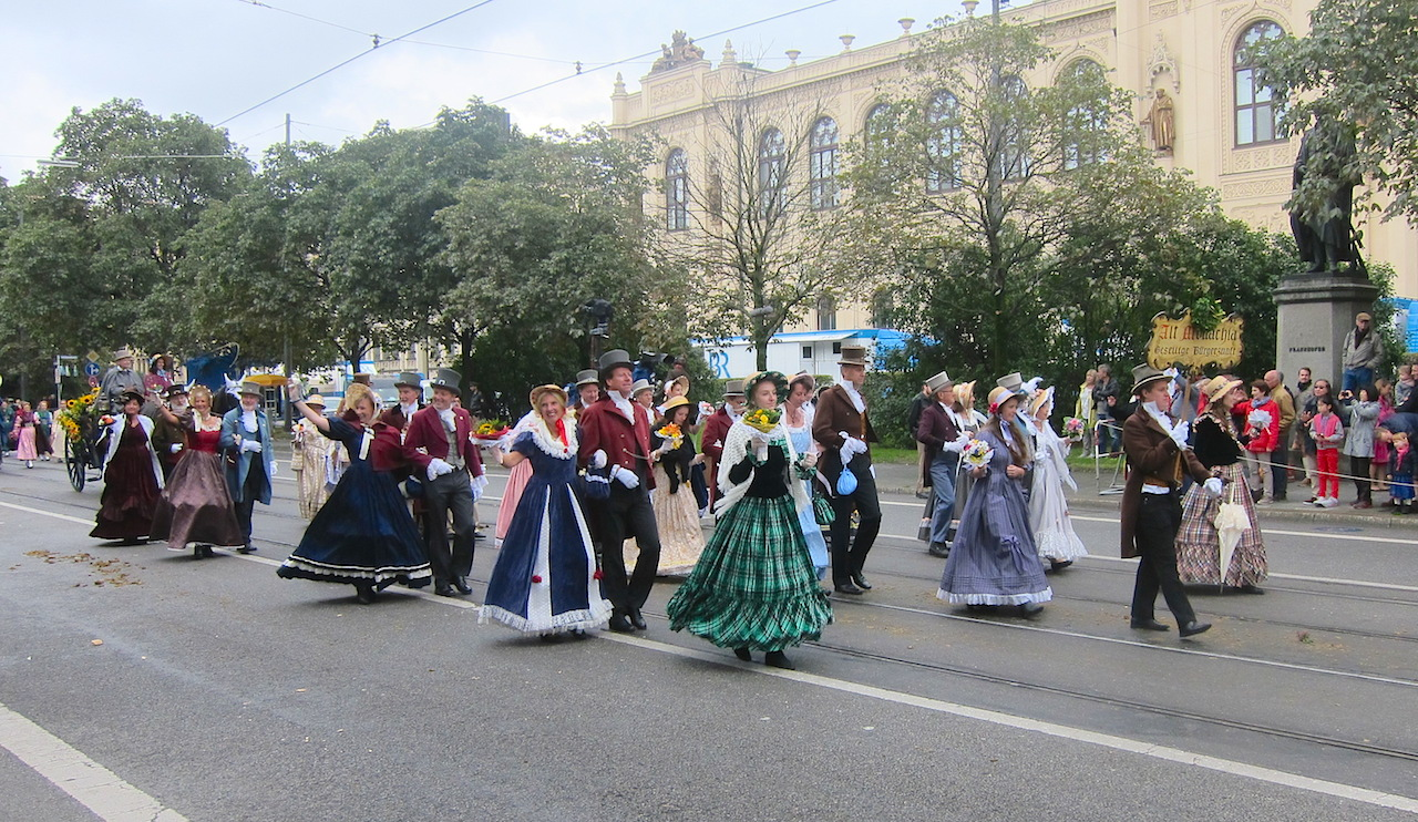 Historische Kostüme aus dem 19. Jahrhundert